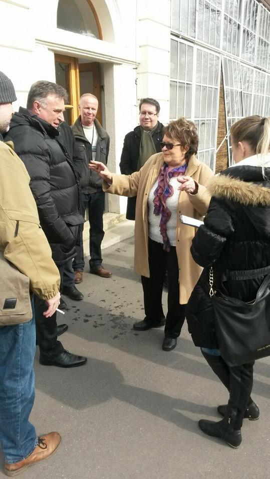 Jiřina Bohdalová vyprávěla a všichni napjatě poslouchali.