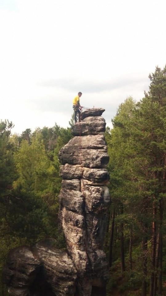 Je členem horolezeckého oddílu.