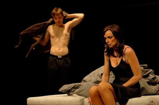 Kryštof Hádek a Ivana Chýlková jako Benjamin a paní Robinsonová ve hře Absolvent.