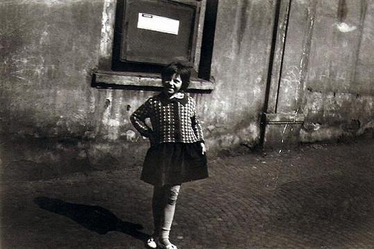 Zpěvačka v šesti letech s rozbitým kolenem (1961).