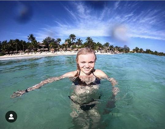 Veronika si užívá zaslouženého volna u moře.