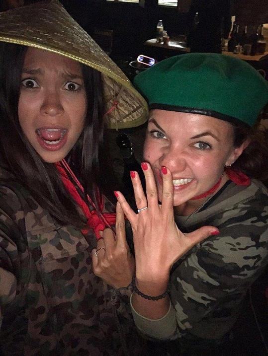 Ze zásnubního prstenu se radovala spolu s Monikou Leovou.