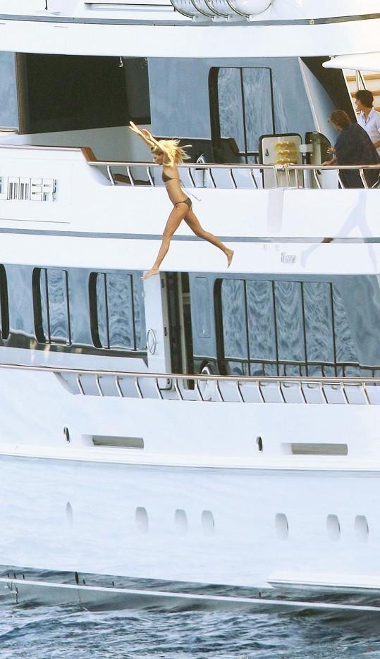 Modelka se vrhla do moře za hlasitého podporování ostatních.