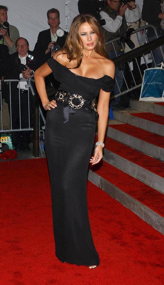 Melania Trump ráda vystavuje své přednosti v odvážných šatech.
