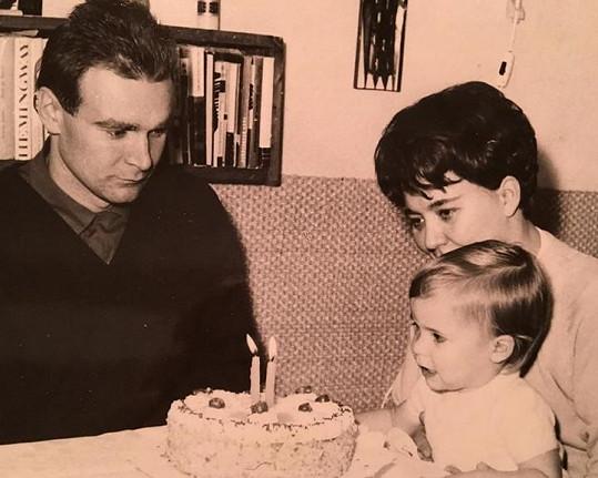 Anna K na oslavě narozenin se svými rodiči.