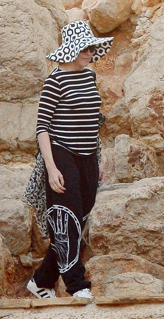 Padesátnice Madonna si konečně oblékla důstojný outfit.