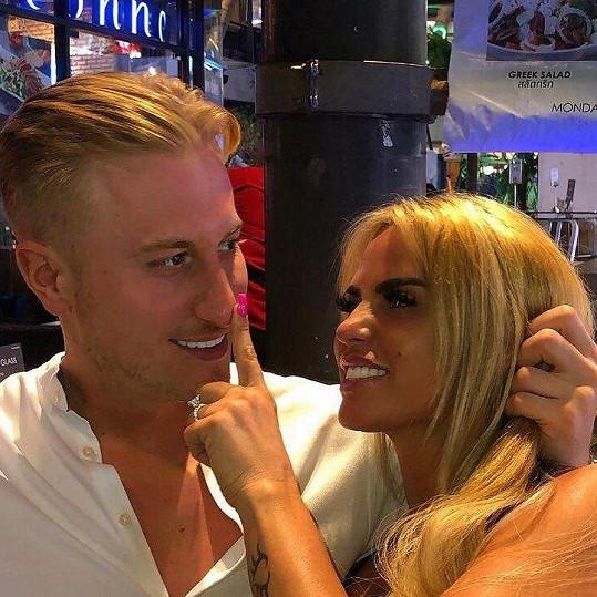 Katie Price se na nové fotce s přítelem chlubí diamantovým prstenem.