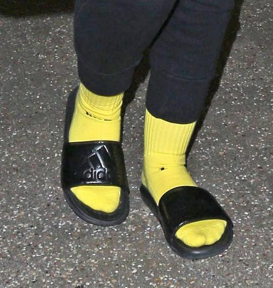 Do plážových pantoflů nacpat žluté ponožky?