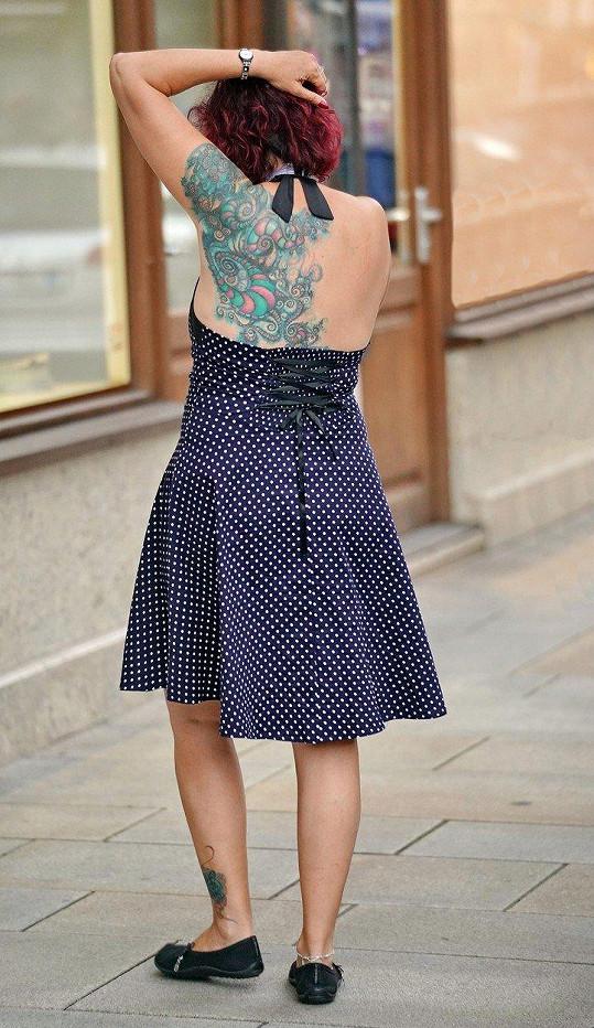Babčáková s puntíkovaných šatech odkryla své obří tetování.