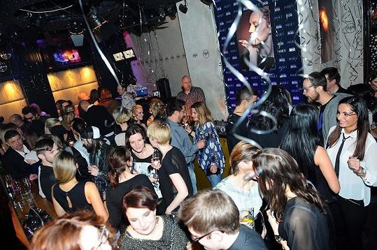 V klubu se sešly desítky modelčiných přátel.
