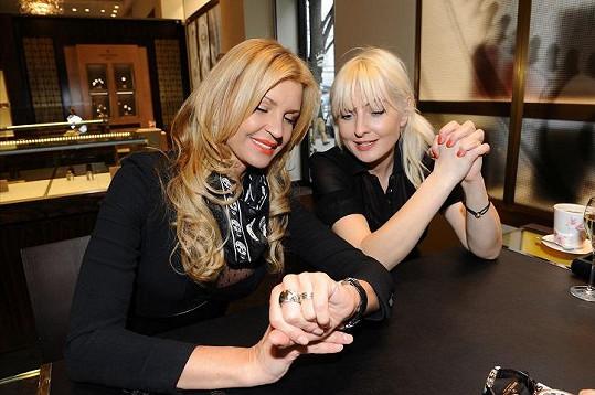 Bára si vybírala hodinky u Tamary Kotvalové.