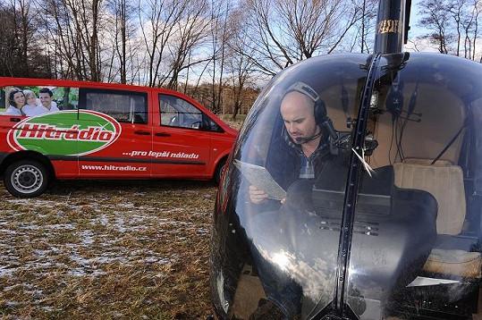 Zpěvák si vyzkoušel let v helikoptéře.