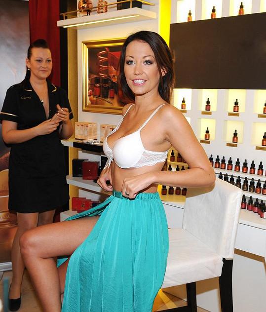 Modelka chce pomocí krému zvětšit své dvojky na trojky.
