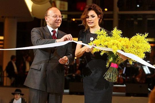 Alena přijela na otevření jednoho obchodního centra.