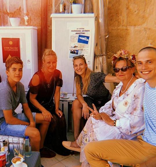 Dovolenou si užívá se synem, Evou Holubovou a její rodinou.