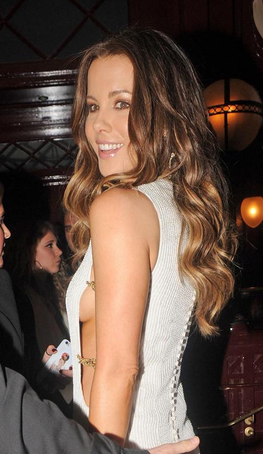 Kate Beckinsale má pořád co ukázat.