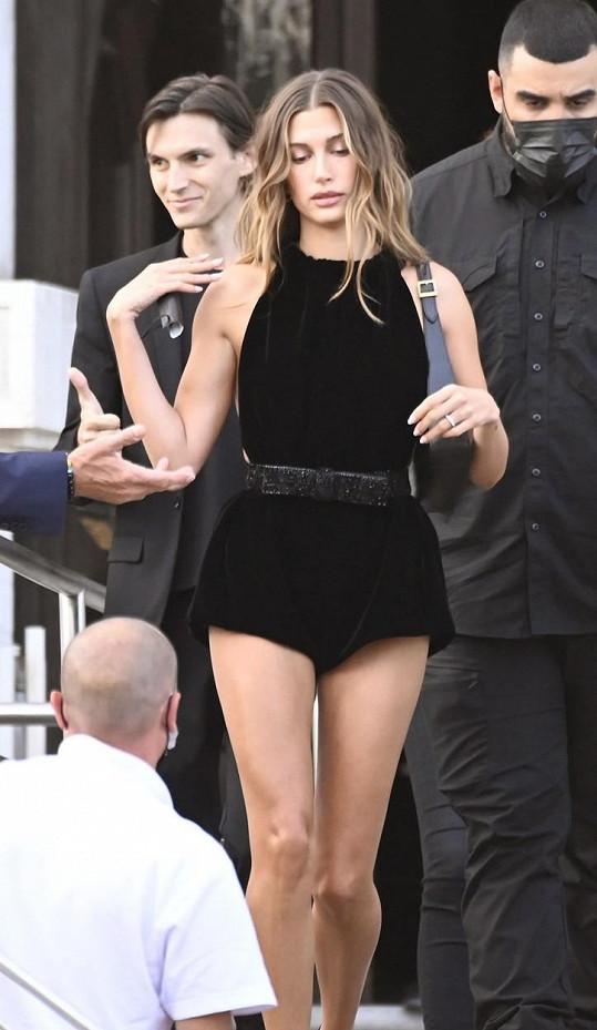 Modelka mezitím vyrazila do Benátek na módní přehlídku.