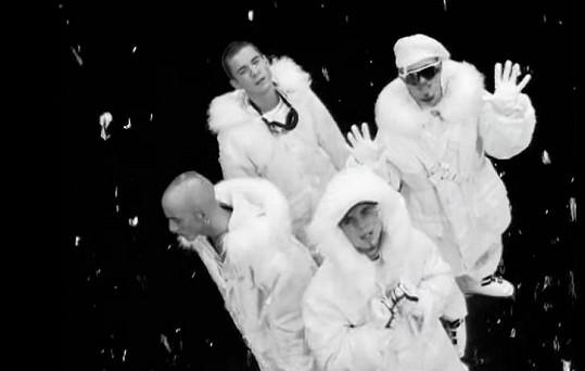 East 17 v klipu jejich největšího hitu Stay Another Day.
