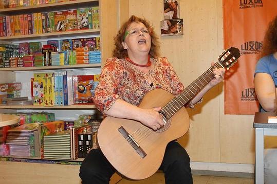 Jitka na křtu zazpívala a zahrála na kytaru.
