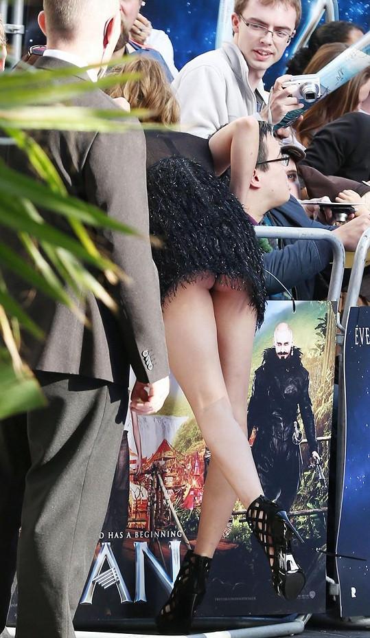 Modelka nechala fotografy nahlédnout pod šaty.