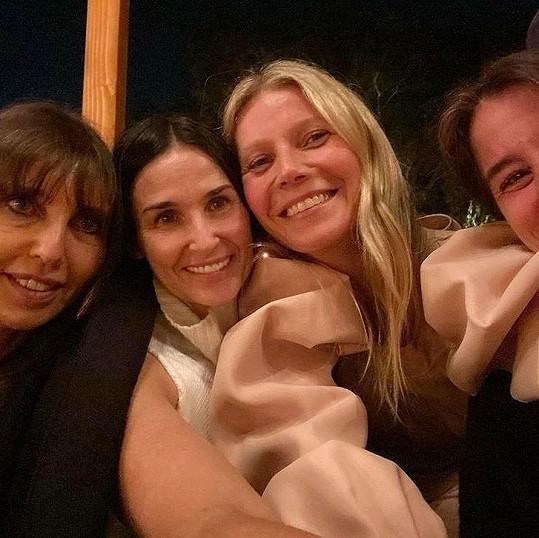 Demi Moore podpořila kamarádku Gwyneth Paltrow na večeru zasvěcenému přirozené kráse.