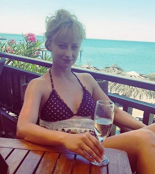 Lucie relaxuje na Sardinii.