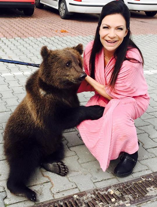 Anna K se v županu mazlila s medvědem.