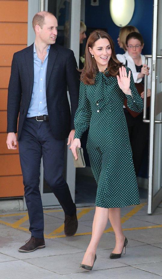 I ve volných šatech vynikla drobná postava vévodkyně.