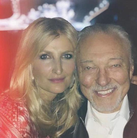 Karel Gott s Terezou Maxovou na koncertě Eltona Johna