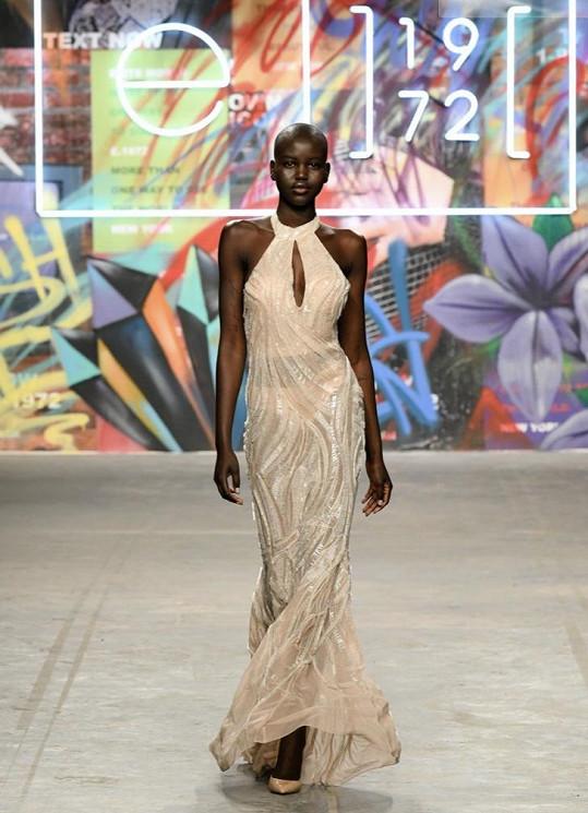 Kolekci předvedli modelové a modelky z agentury Elite.