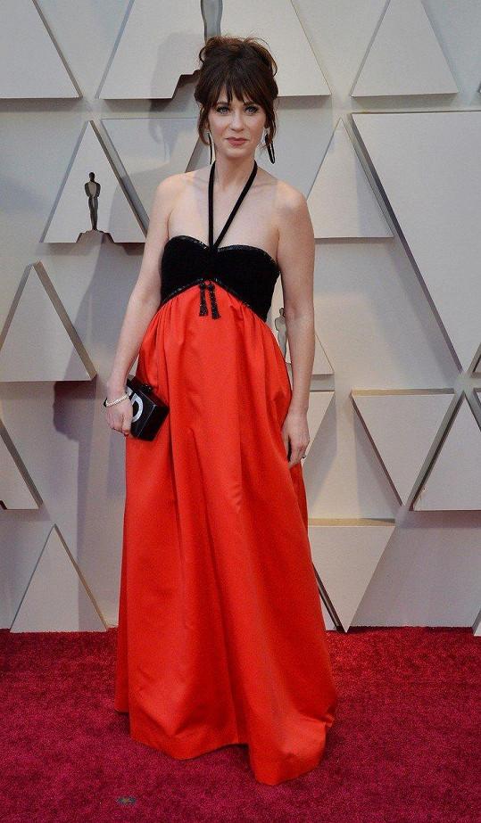 Připravena na opalovačku? Zooey Deschanel působila od pasu nahoru, jako by chtěla vyrazit na plovárnu a nikoli na udílení filmových cen.