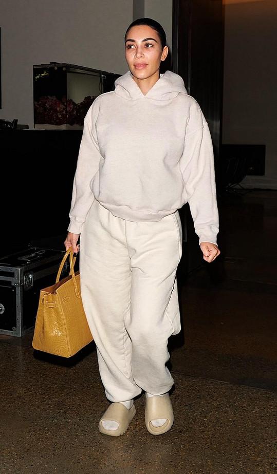 Máte strach, že budete v teplákovce vypadat objemně? Kim Kardashian vám ráda pomůže dosáhnout sebevědomí.