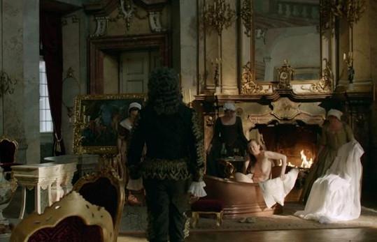 Zuzana Stivínová se coby matka Marie Terezie nestyděla svléknout.