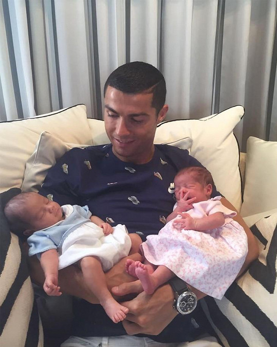 Ronaldo se pochlubil dvojčátky.