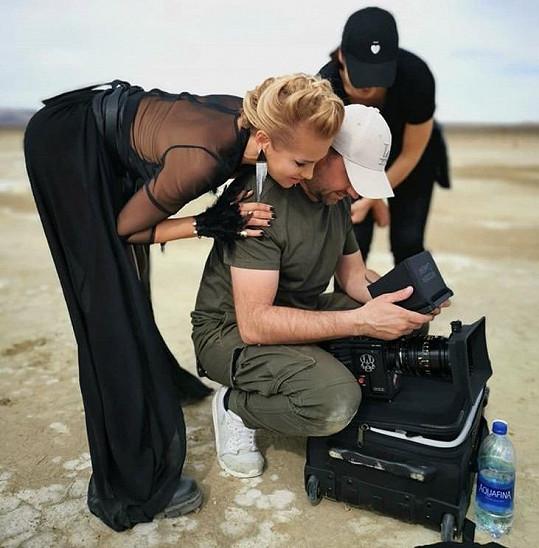 Dara vyjela do pouště se svým týmem.