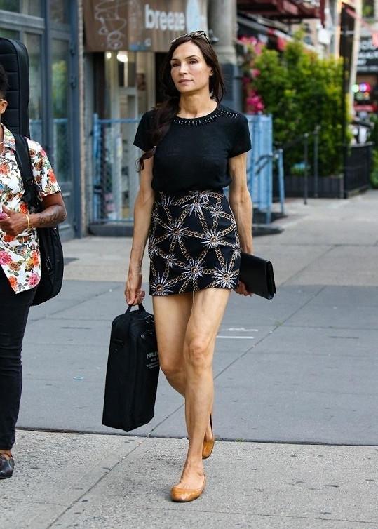 Famke Janssen miluje krátké sukně.