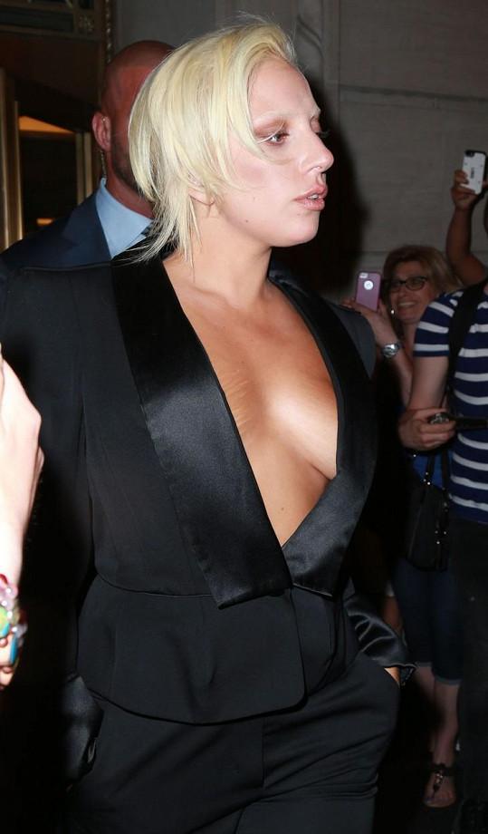 Lady Gaga je velkou exhibicionistkou, a tak se na módní vlně spojené s nenošením podprsenek ráda svezla.