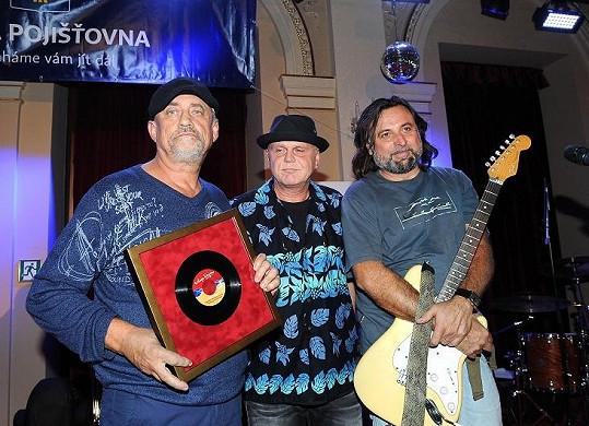 Richard Tesařík převzal cenu za YoYo Band i za zesnulého bratra Vladimíra.