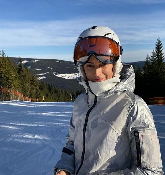 Sníh si užívá Ivana v Krkonoších.