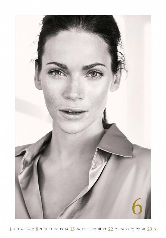 Modelka ukázala, že je krásná i bez nalíčení.