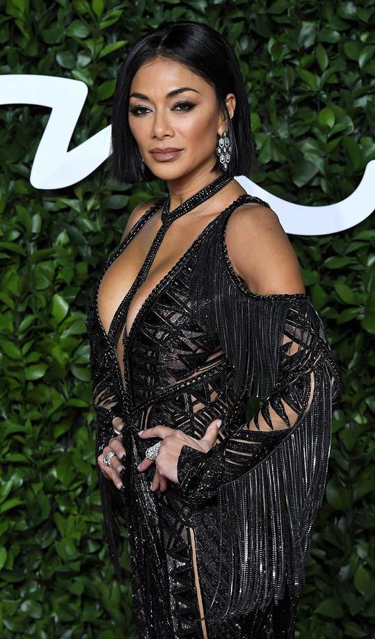 Kromě porotcování v talentových soutěžích se zase vrací ke zpívání, a hlavně sexy tanci ve skupině Pussycat Dolls.