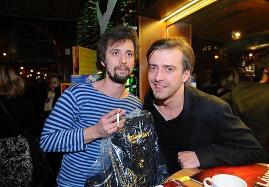 Místo s manželkou Bárou Basikovou vyrazil Petr Polák s kamarádem Janem Dolanským.