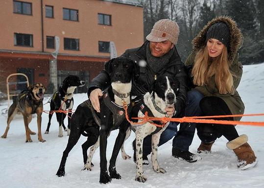 Přítel Karel modelce pomáhal překonat strach ze psů.