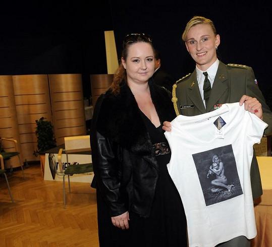 Saudkova partnerka Pavla Hodková věnovala Báře oblečení pro syna Janka.