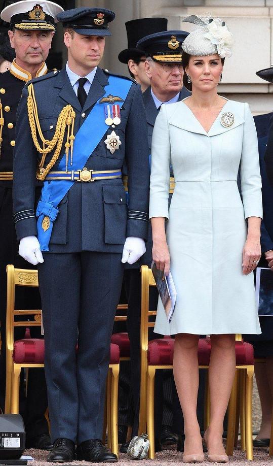 Tento týden, při příležitosti oslav 100. výročí královského letectva, sáhla po světle modré variantě.