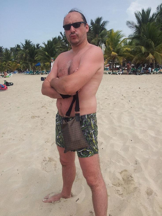 Marián Vojtko na bělostné pláži Karibiku.