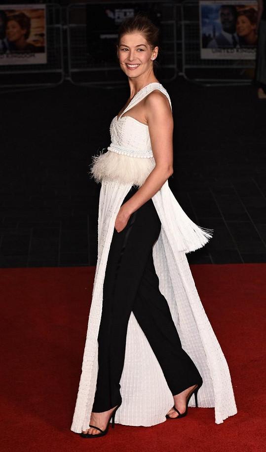 Pod bílé šaty si herečka vzala černé kalhoty.