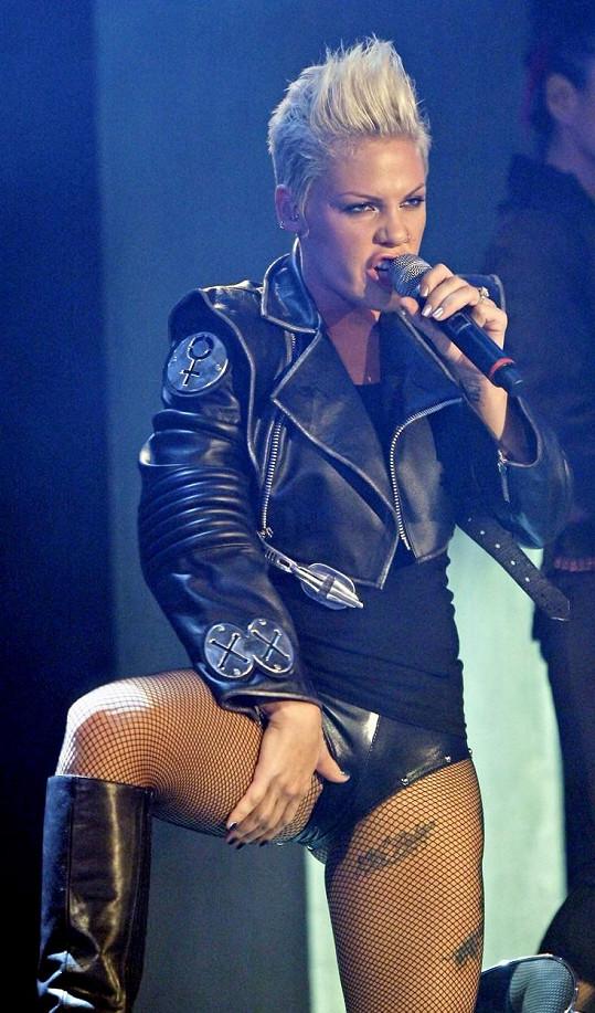 Blond vlasy sedí ke zpěvačce lépe.