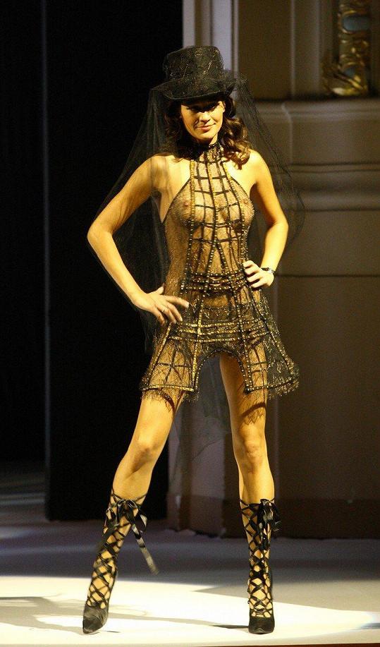 Předváděla hodně odvážné outfity.