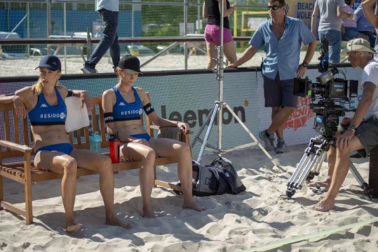 Ve filmu Přes prsty budou hrát plážové volejbalistky Denisa Nesvačilová a Petra Hřebíčková.